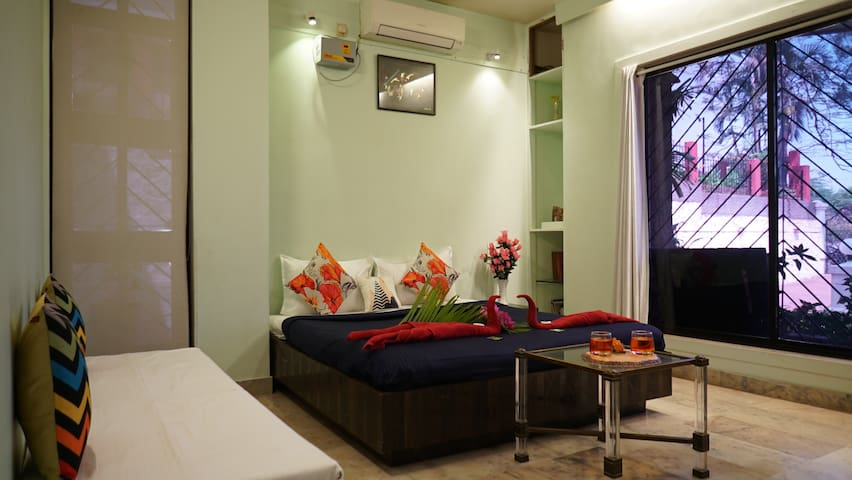 TREETOP STAYS-DELUXE ROOM 1