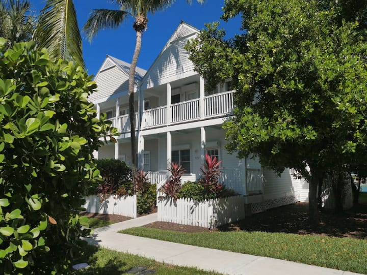 4 BR Villa with dock right behind it in Duck Key