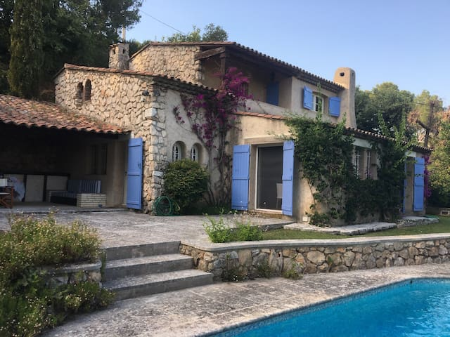 Provençal villa with pool and beautiful views.