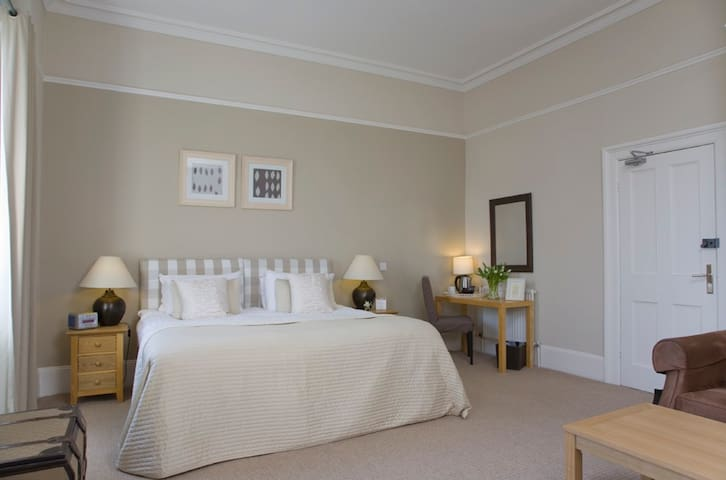 Luxury ensuite room with breakfast @ The Townhouse