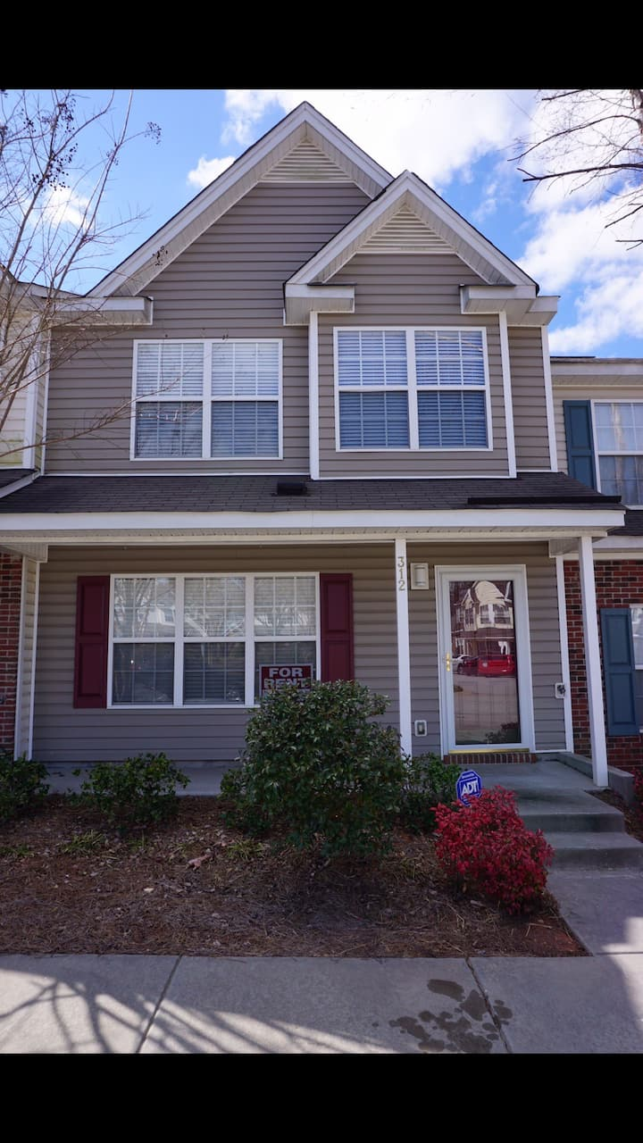 Peaceful Quiet 3 Bed 2.5 Bath Townhouse.