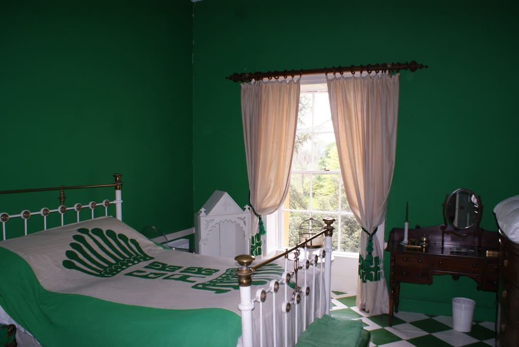 The Green Room | One of the 5 relaxing bedrooms