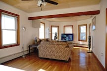 Cozy House (Queen Bed, 1 Guest) w/ Free Parking