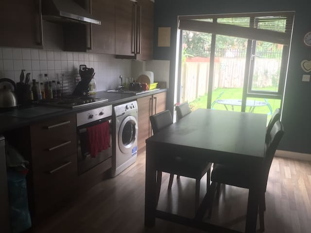 Modern little house-great location - Salford - Huis