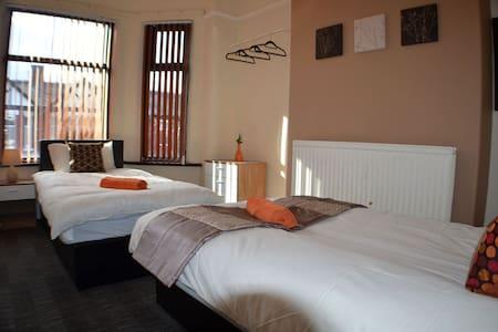 Cozy Twin Room in Birchfields Guest House - Manchester - Bed & Breakfast