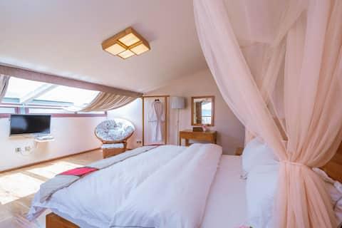 香格里拉古城星空阁楼蜜月房(免费接机+双人浴缸+豪华早餐+地暖)