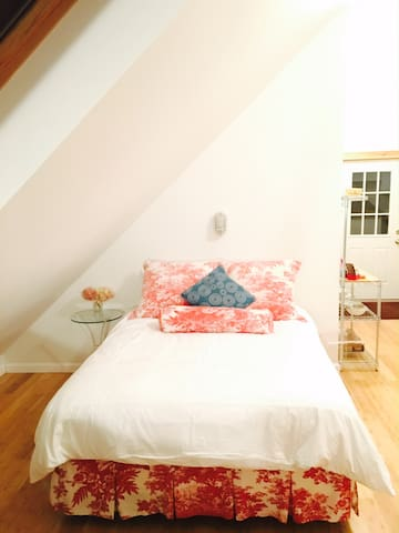 A cozy queen size bed (very comfortable mattress).
