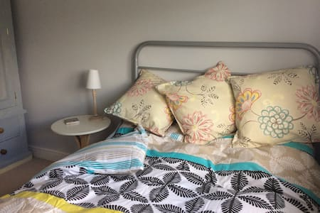 Cosy bedroom with private bathroom - Aldershot