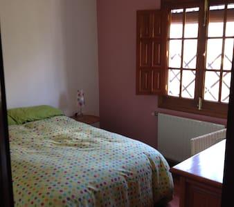 Habitación luminosa y acogedora en Fuenteheridos. - Fuenteheridos - Hus