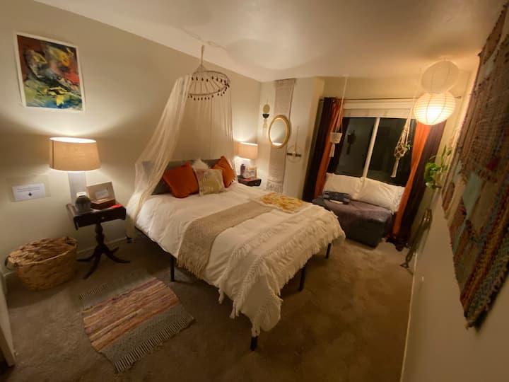 Queen room in Sunny Riverside Boho Bungalow