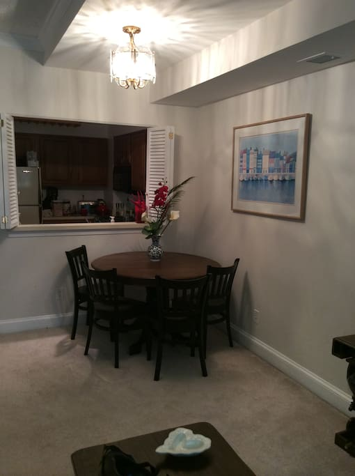 Dining area with 4 chairs in the apartment