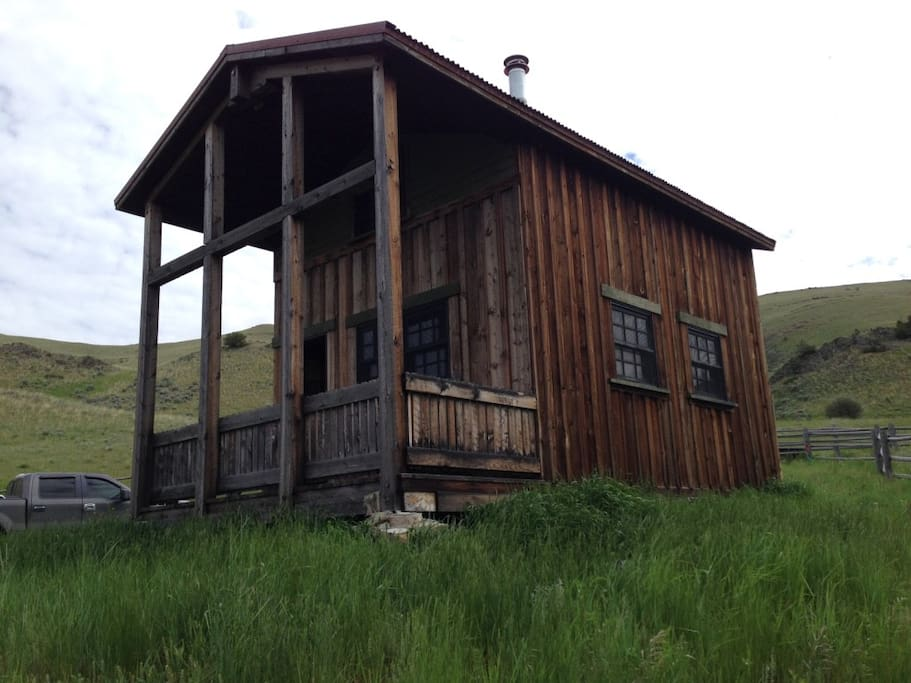 Front sideview of the cabin and porch.