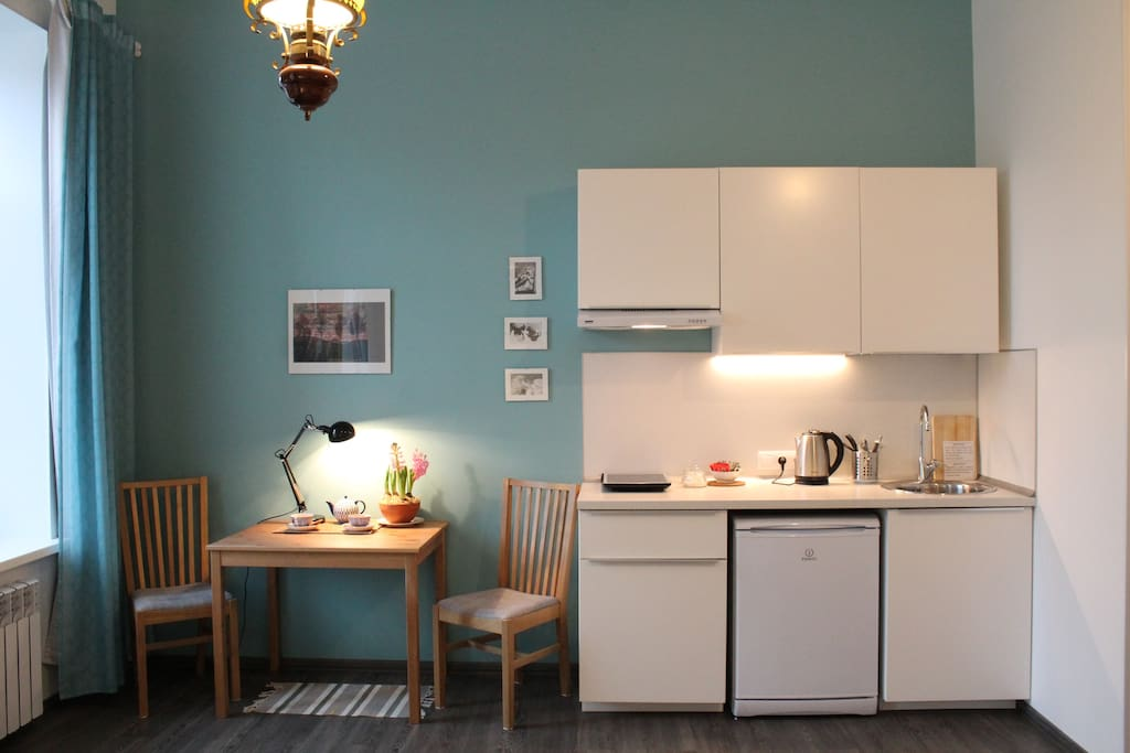 The kitchenette ( the microwave is hidden in the kitchen cabinet)