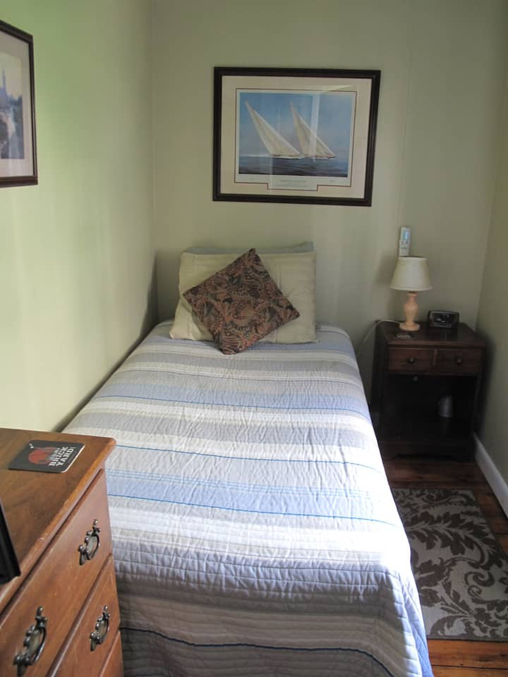 Room 12 - Single w/ONE Twin bed & SHARED bath