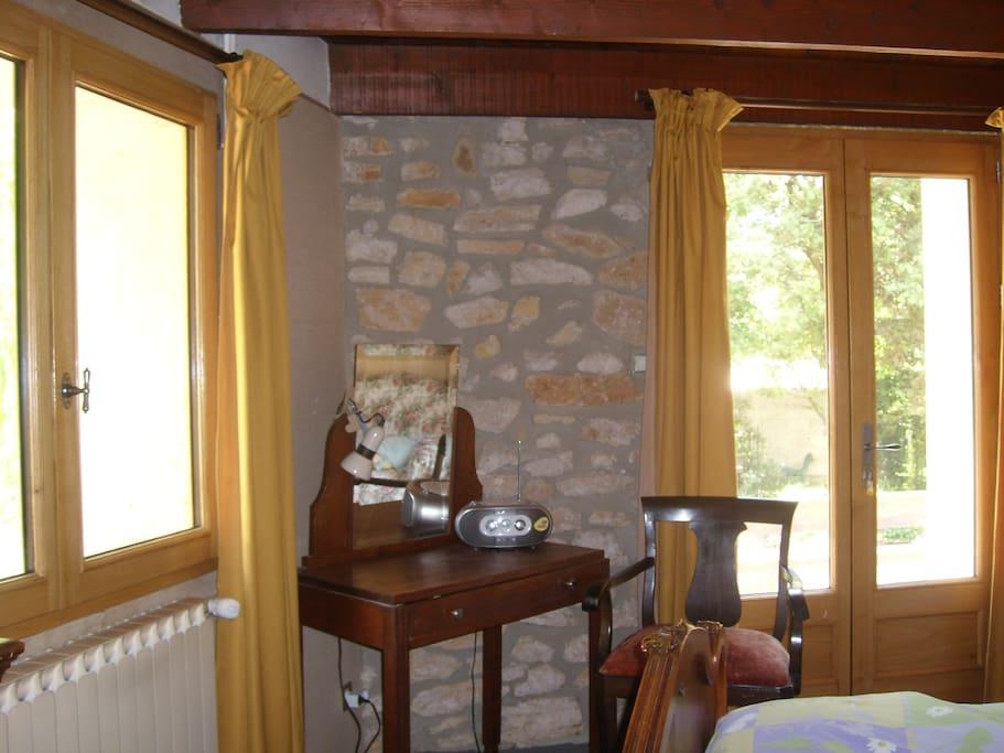 la chambre et la porte fenêtre qui donne sur la petite terrasse