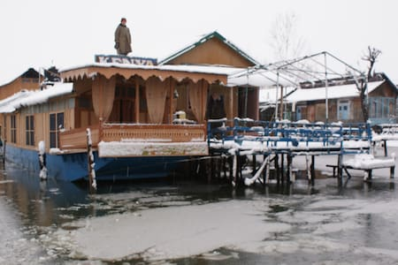 HouseBoat In Calm Dal Lake Room2(ROOM 1 SEE BELOW) - Srinagar - Barco