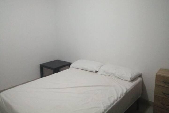 Alquilo amplia y tranquila habitación