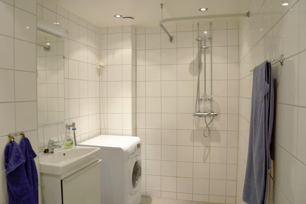Nice, modern bathroom