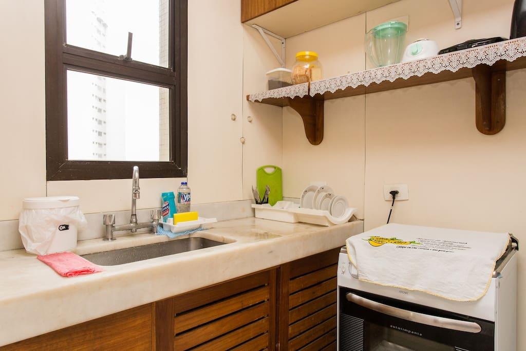 cozinha montada com geladeira, fogão e microondas