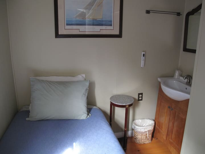 Room 11 - Single w/ONE Twin bed & SHARED bath