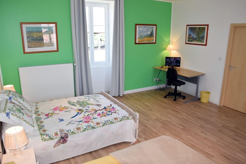 Grande chambre de 35 m² composée de 2 lits en 140 cm + 1 lit en 120 cm + 1 lit en 90cm. Bureau avec internet.