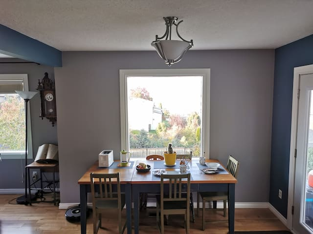 Private room, family home in the heart of Kamloops