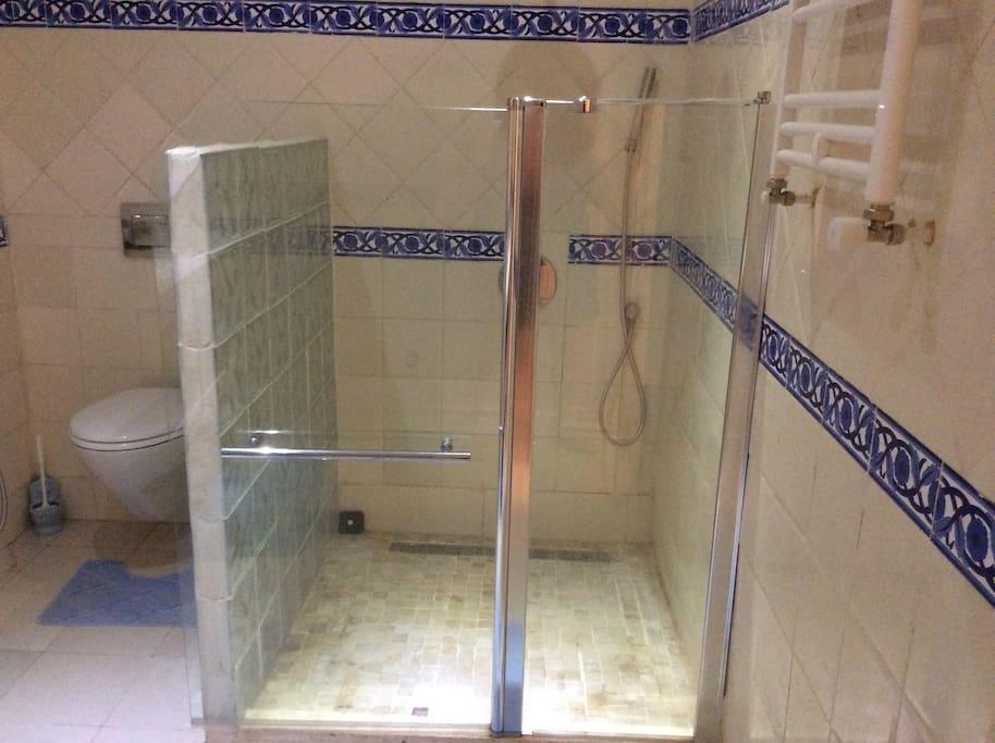 une grande douche à l italienne
