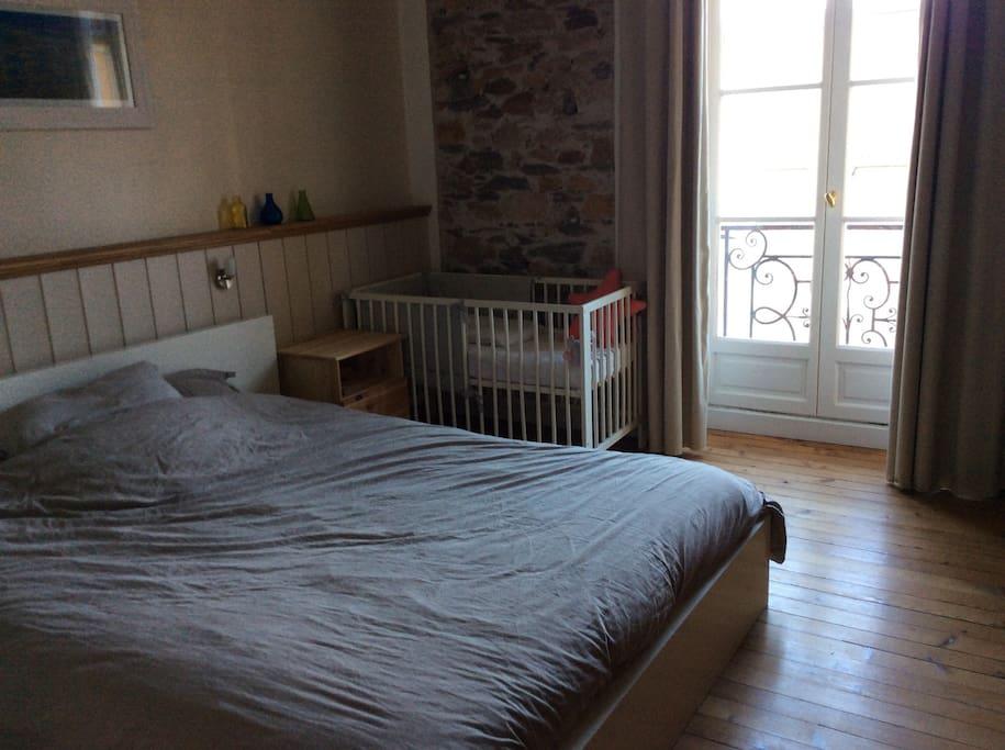 Chambre avec un lit de 160/200, plus un lit bébé.