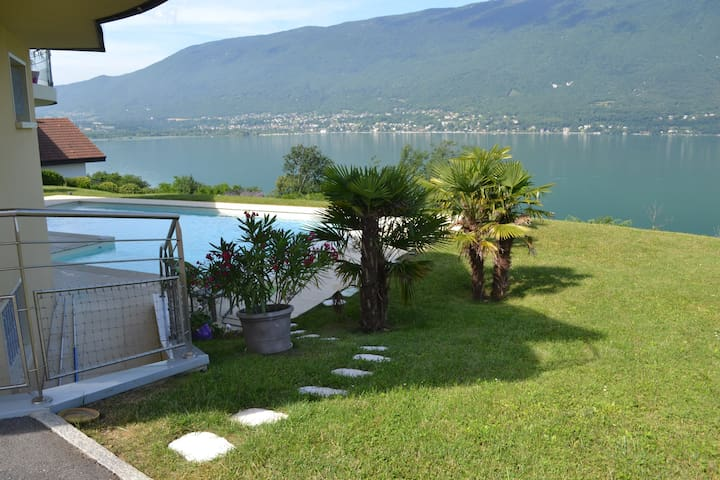 T2, vue lac imprenable, piscine - Tresserve - Apartment