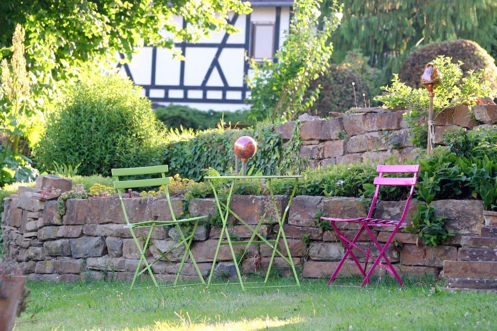 ... mit leichten Gartenmöbel der Sonne hinterher!