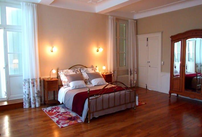 Grande suite de charme dans maison de maître - Neufchâteau - Bed & Breakfast