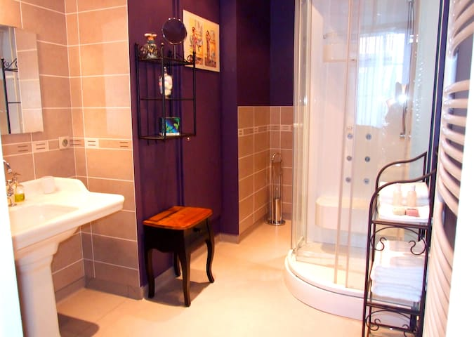 Grande salle de douche privée