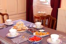 Le petit déjeuner servi dans notre salle à manger