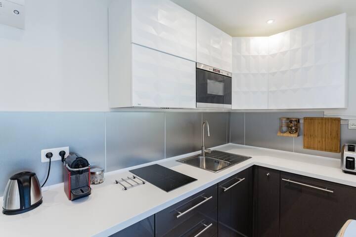 Réfrigérateur, lave-linge, micro-onde, plaques induction, micro-onde, cafetière Nespresso, bouilloire, grill pain, vaisselle...