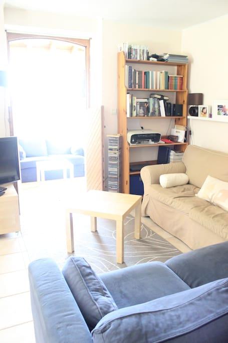 Salon avec 2 canapés (dont un canapé-lit), TV