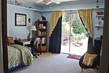 PRIVATE ROOM in quiet home in SFV - Los Angeles