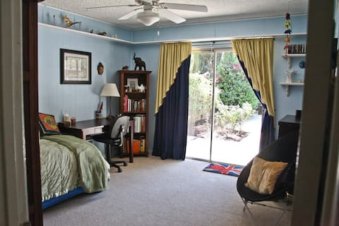 Private Room in quiet home in Woodland Hills