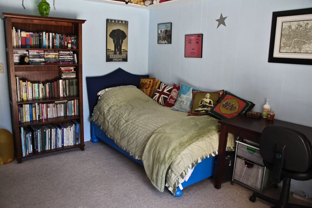 The room also features a desk and plenty of reading material!