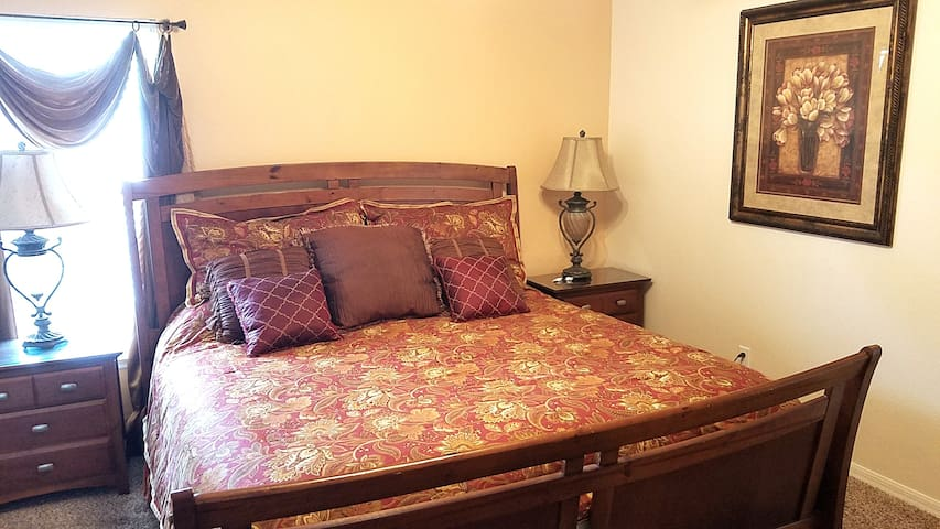 Near Disney! Private room with private bathroom =)