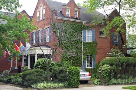 Schneider Suite, Clifford House B&B - Cleveland - Bed & Breakfast