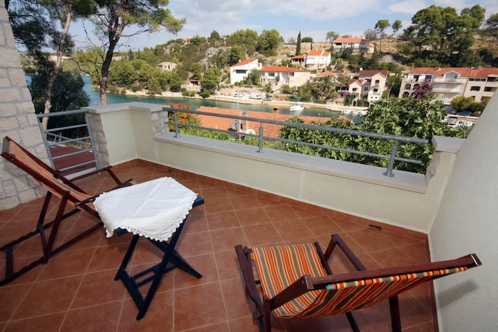 One bedroom apartment near beach Bobovišća na Moru, Brač (A-5683-a)