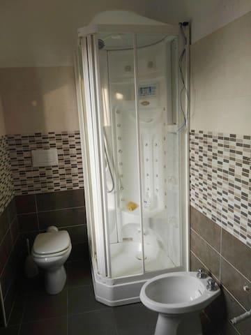 Bagno con doccia multifunzionale di recentissima ristrutturazione
