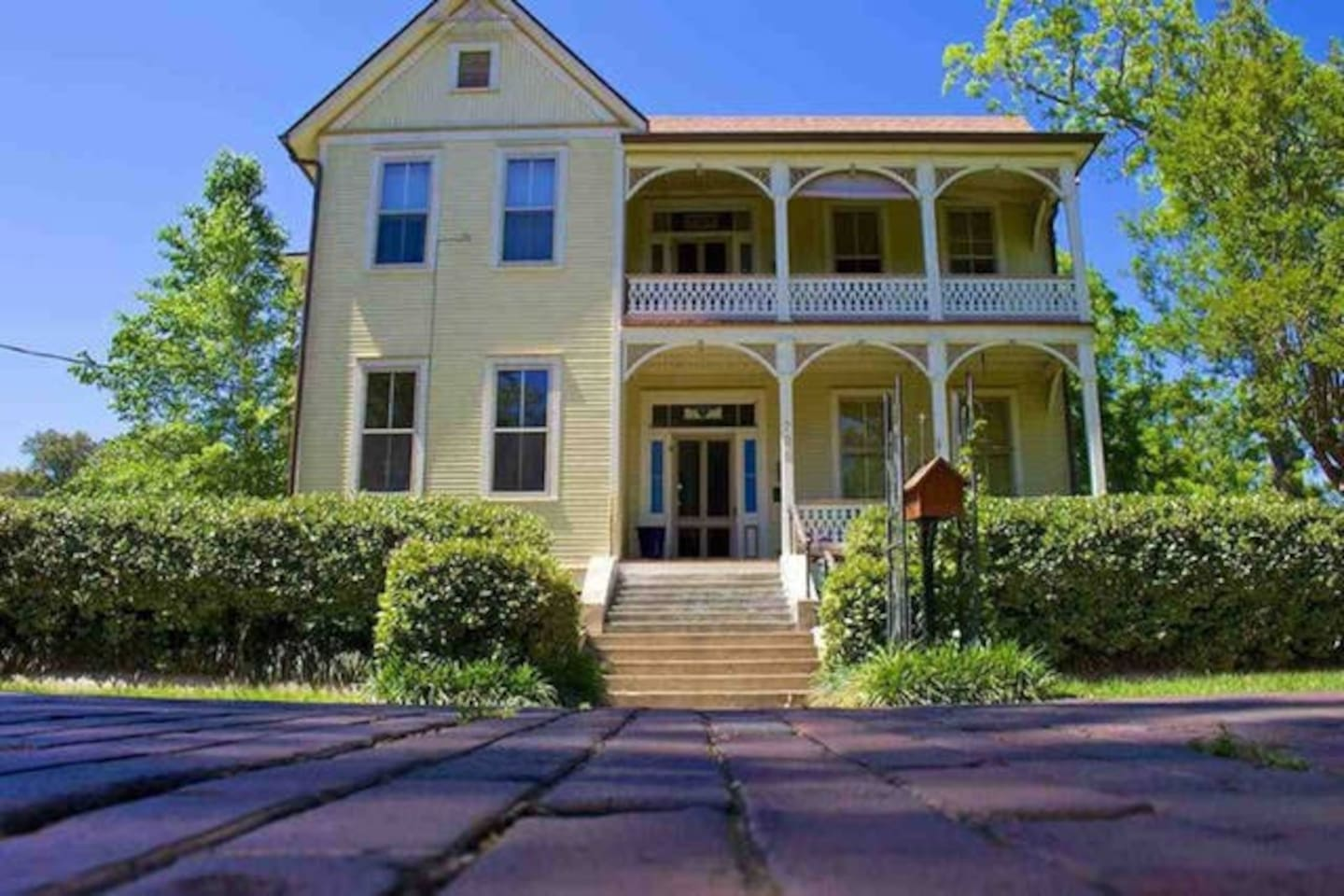 Welcome to the historic Artist House on LaRua!