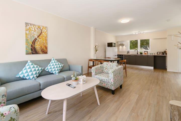 Large Stylish 3BD Apartment Central Rotoroua Unit4