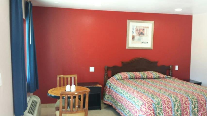 *New* Flamingo Motel Suite #116 - Lynwood