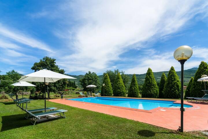 Beautiful Farmhouse with Swimming Pool near Lake in Tuscany