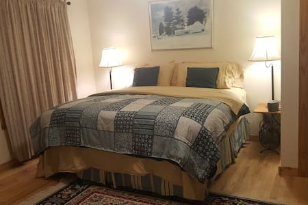 Goldfinch bedroom @ Breezy Oaks Bed & Breakfast - Alton - Bed & Breakfast