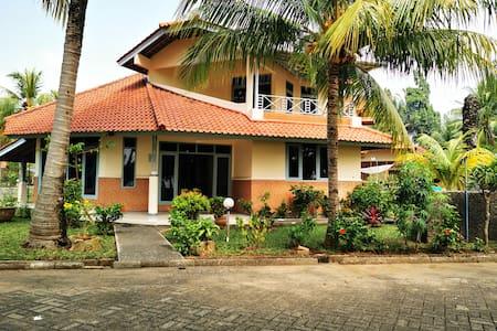 Villa nyaman depan taman dan pantai Anyer
