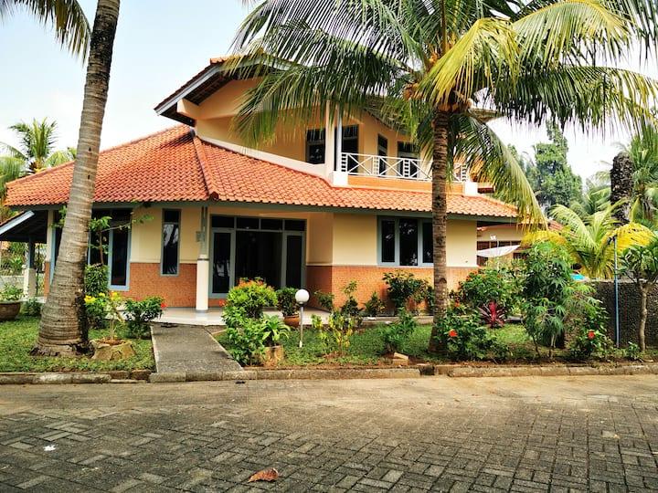 2 BR Villa nyaman dan luas depan pantai Anyer