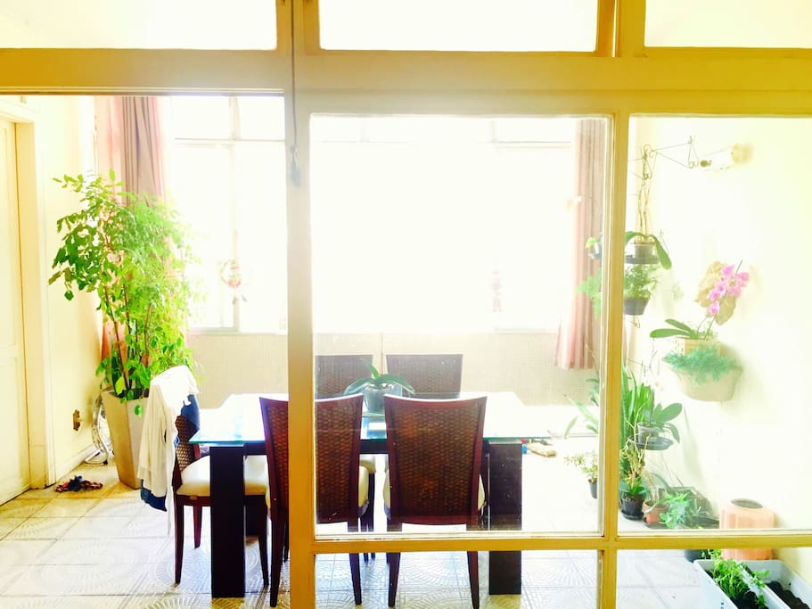 Sala de jantar com  janelão.